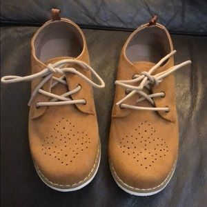 NWOT Crazy 8 Tan lace up boys shoe